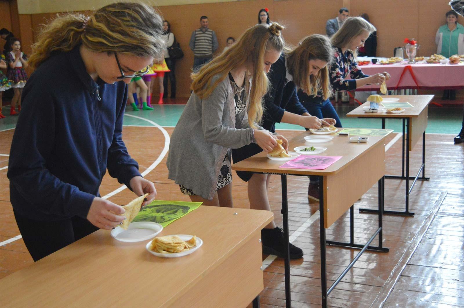 З нагоди Масляної студенти, викладачі та співробітники Дніпропетровського державного університету внутрішніх справ влаштували благодійний ярмарок.