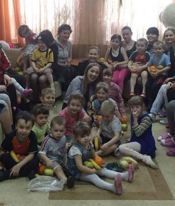Слухачі магістратури пригостили дітей-сиріт фруктами та солодощами