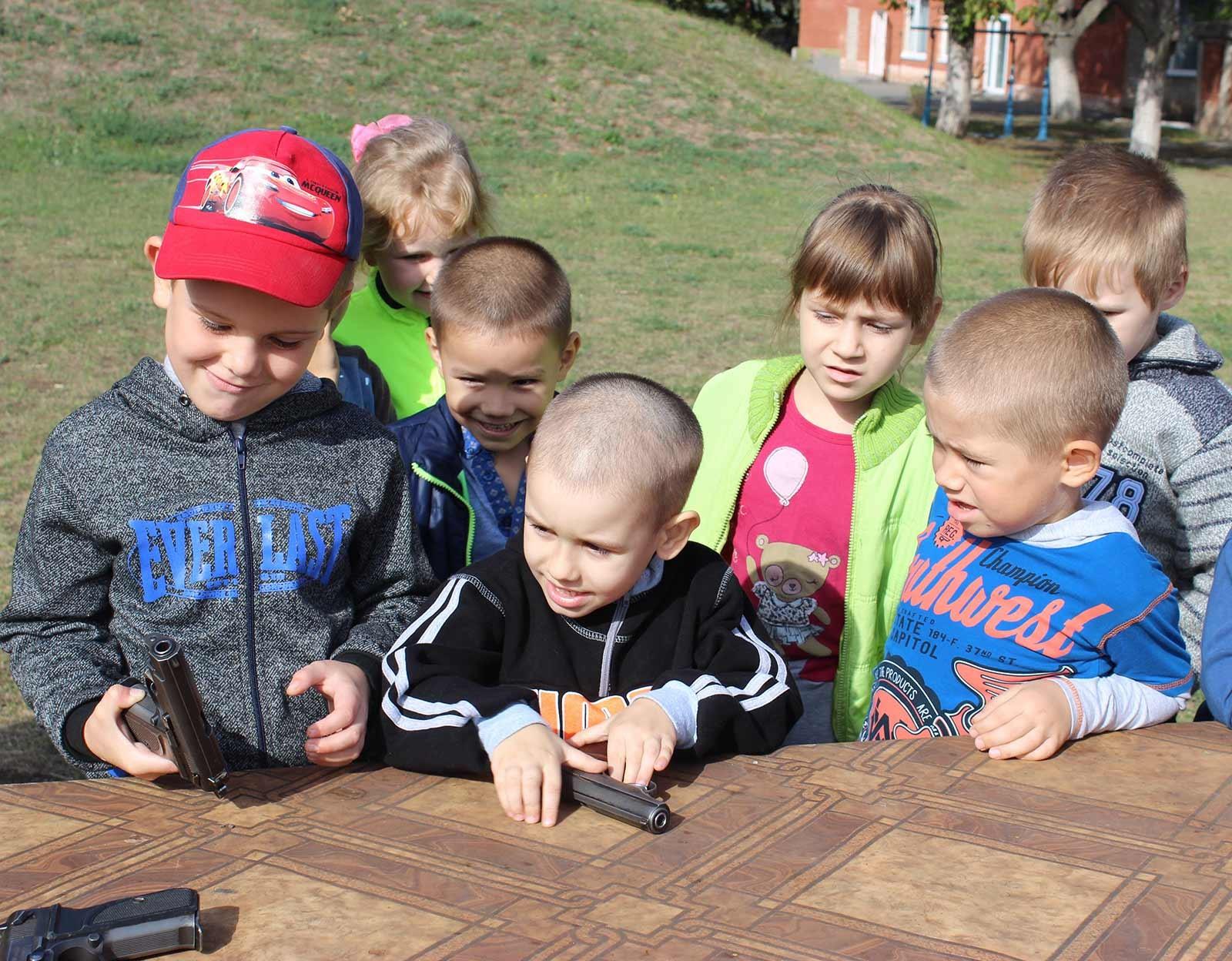 Діти з цікавістю разом із курсантами роздивлялися навчальну зброю