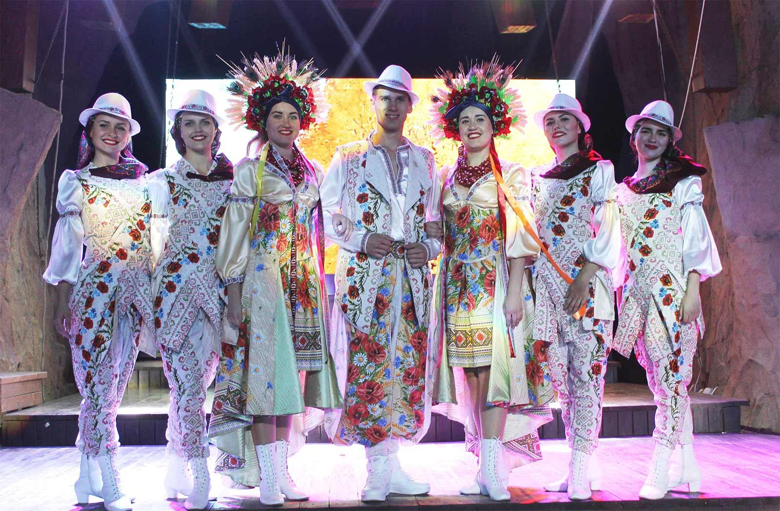 Оригінальні стилізовані національні костюми