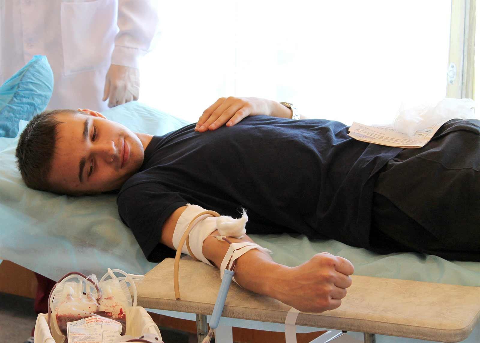 Курсанти та студенти університету здають кров для поранених бійців регулярно