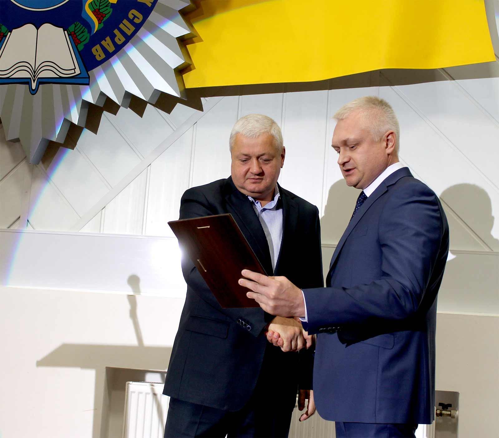 Екс-ректор навчального закладу Віталій Глуховеря отримав відзнаку «Почесний ректор ДДУВС»