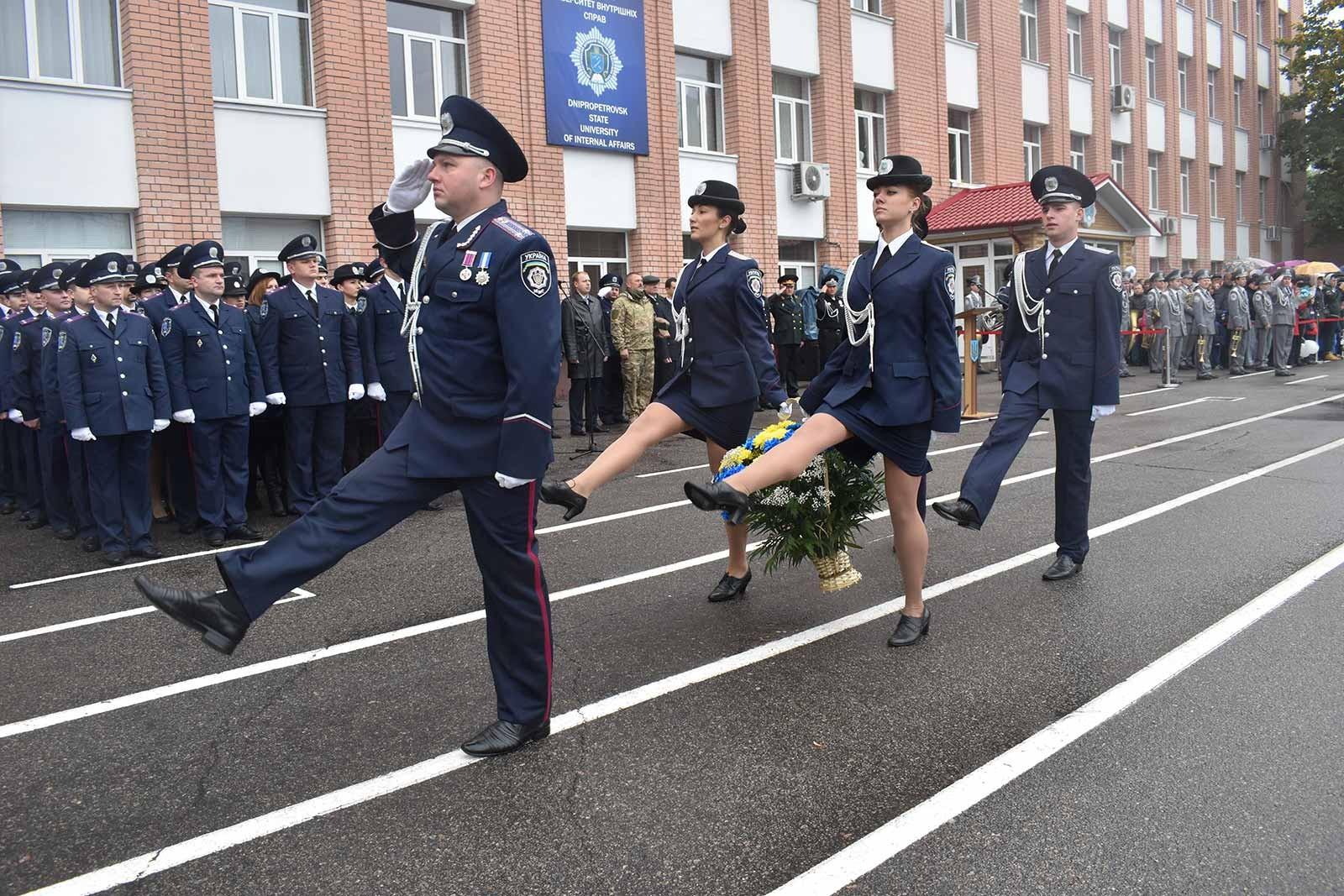 Урочисто-траурною ходою курсанти поклали квіти до пам'ятника загиблим працівникам поліції