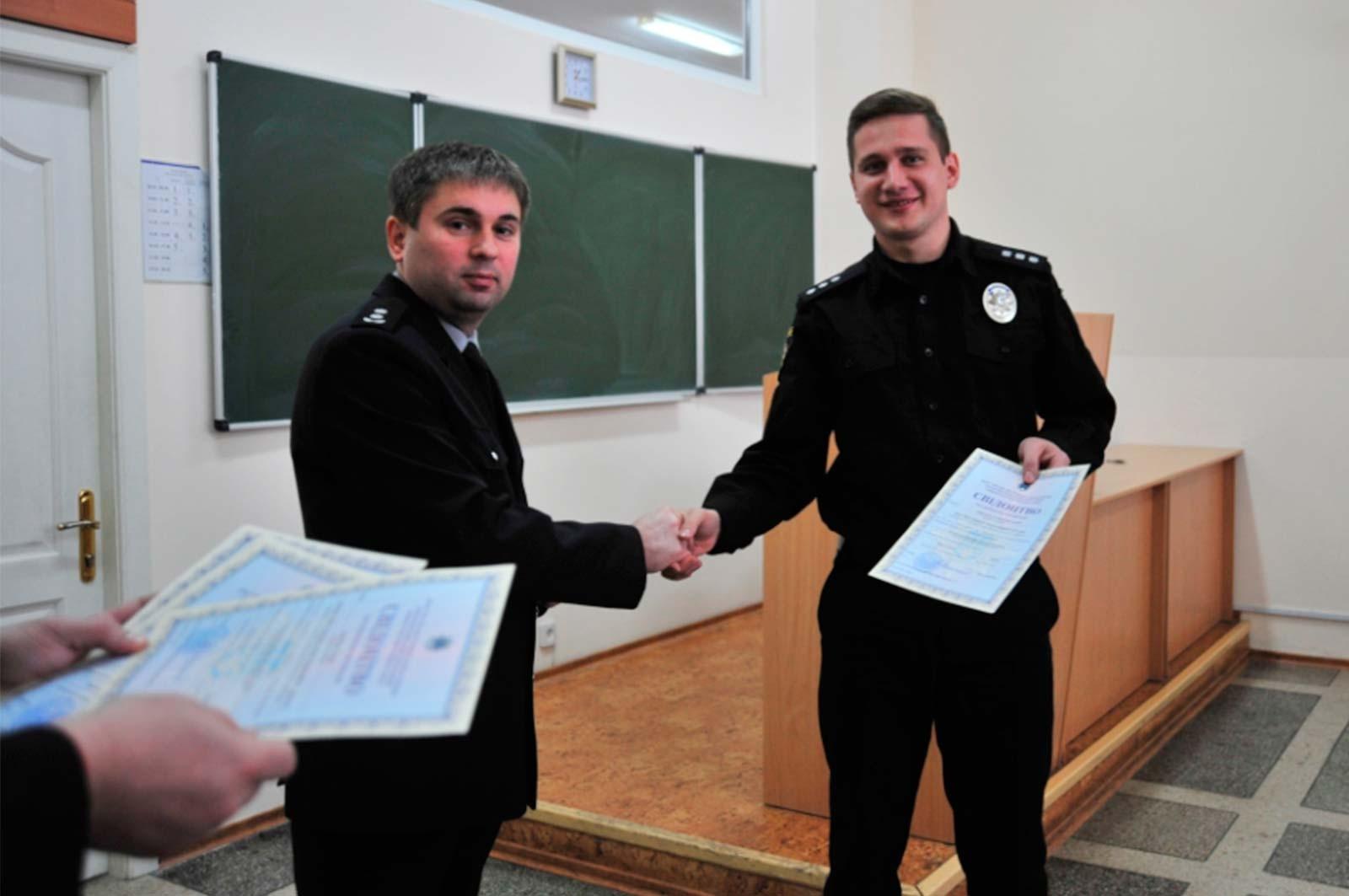 Володимир Коваленко вручив свідоцтва про підвищення кваліфікації.