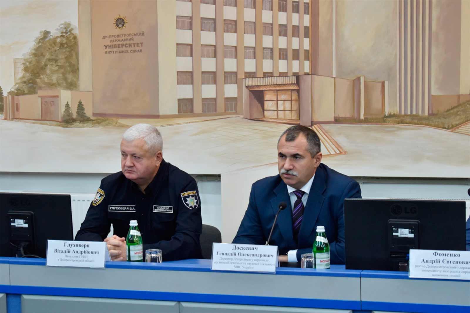 Привітав свого колишнього заступника екс-ректор ДДУВС Віталій Глуховеря