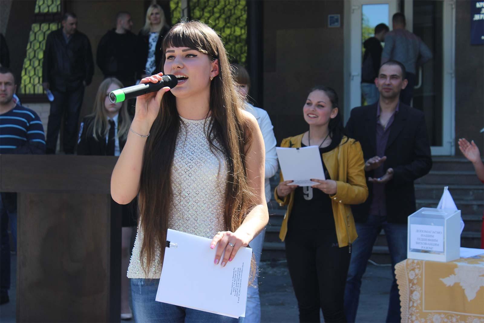 Пісенний конкурс караоке зібрав кращих народних співаків Кривого Рогу