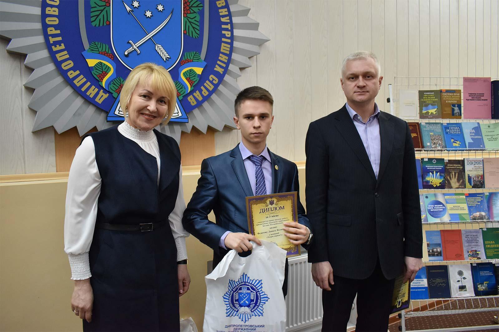 Привітав призерів конкурсу, вручив дипломи та цінні подарунки проректор університету Андрій Фоменко