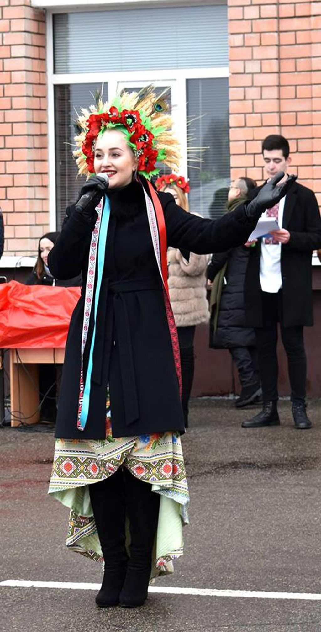 Ліза Лук'янченко успішно дебютувала на своєму першому у житті концерті із піснею «Лише у нас на Україні»