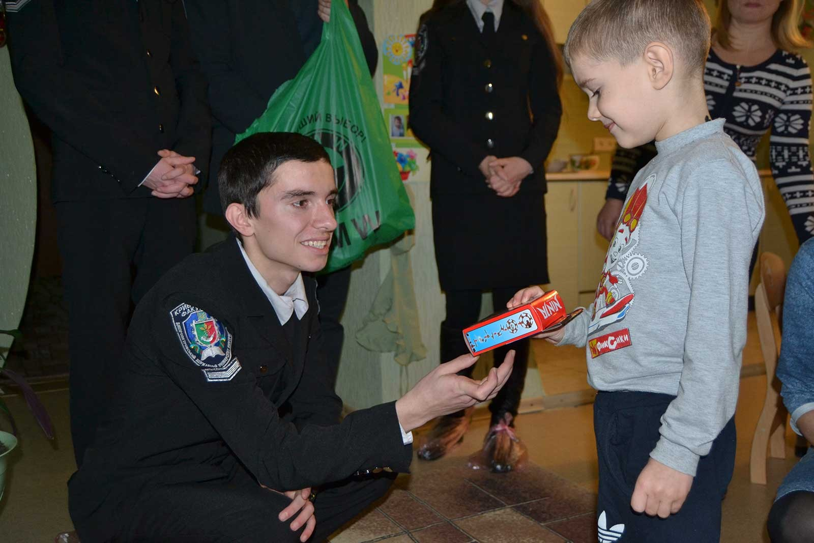 Студенти Криворізького факультету вручили дітям подарунки