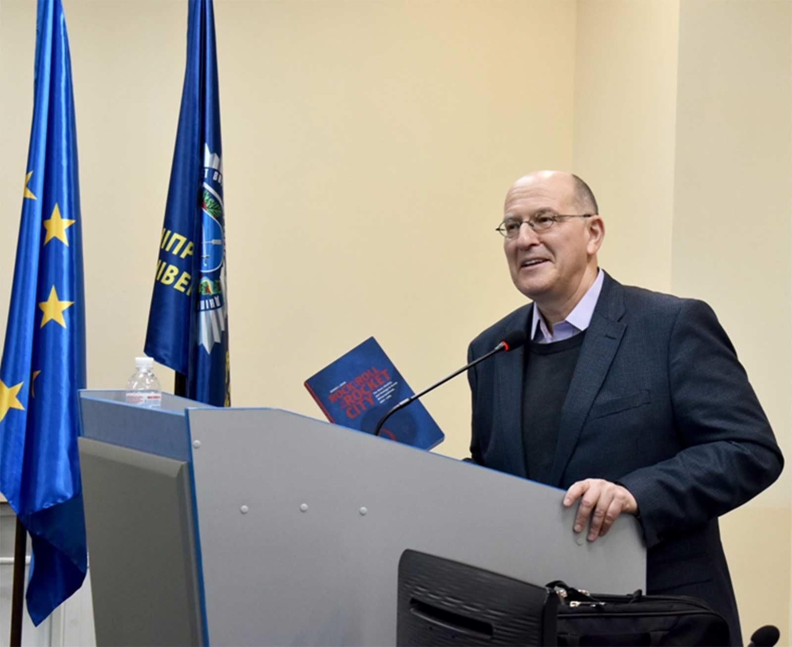 Професор із США Сергій Жук зустрівся зі здобувачами вищої освіти ДДУВС
