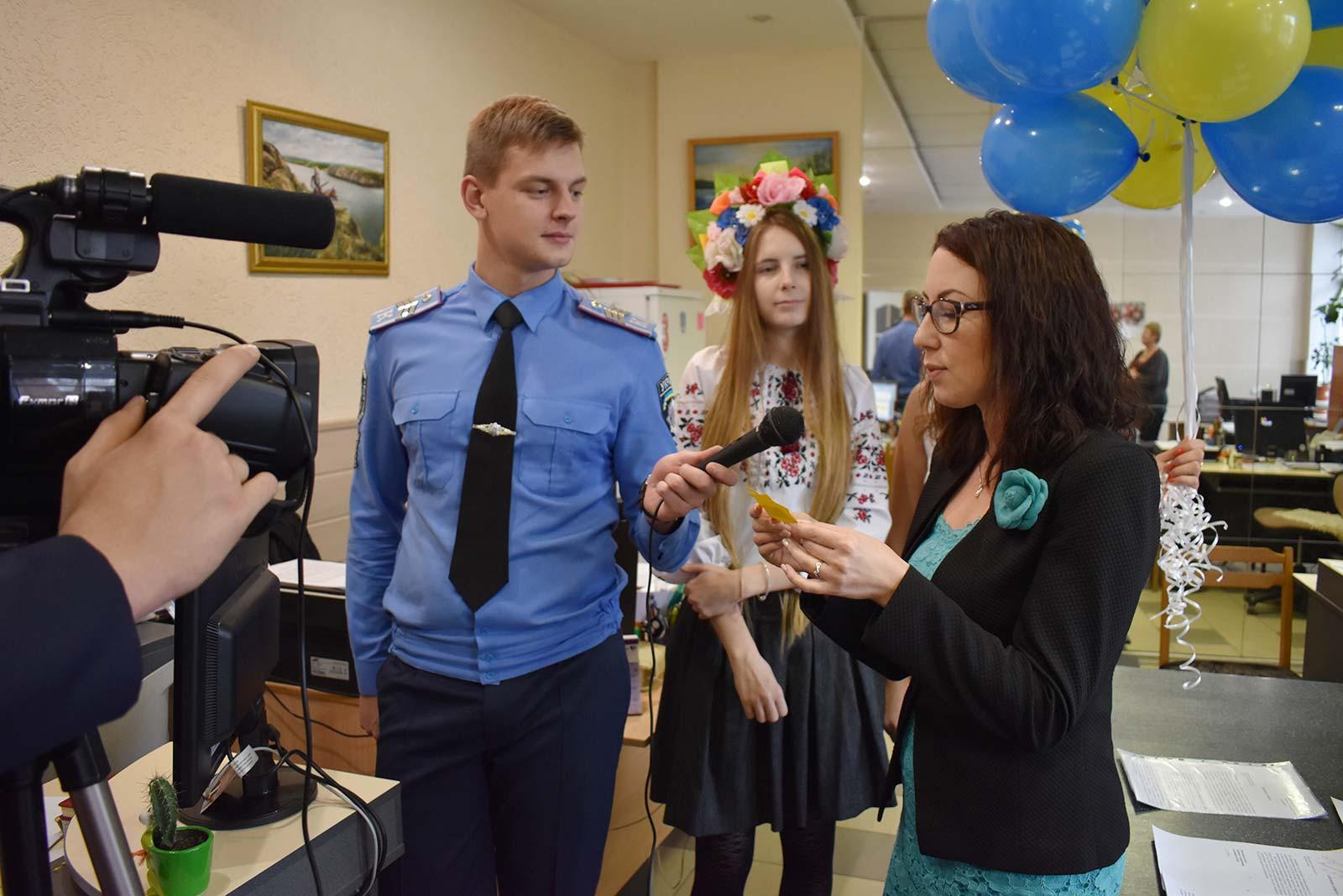 Керівники структурних підрозділів, співробітники, курсанти та студенти ДДУВС зачитували рядки української поезії.