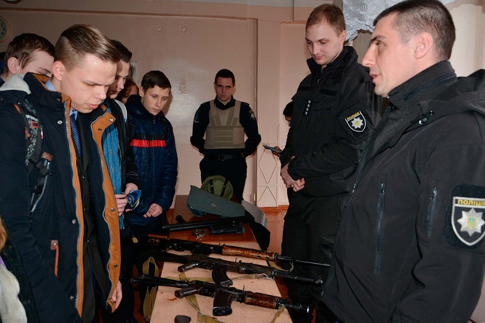 Виставка навчальної зброї для школярів