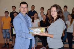 Декан Криворізького факультету Максим Почтовий нагороджує переможців
