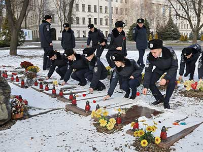 Поклали квіти до Алеї Героїв небесної сотні