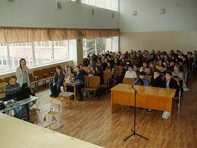 У рамках програми «Шкільний офіцер поліції» працівники ДДУВС провели заняття для старшокласників