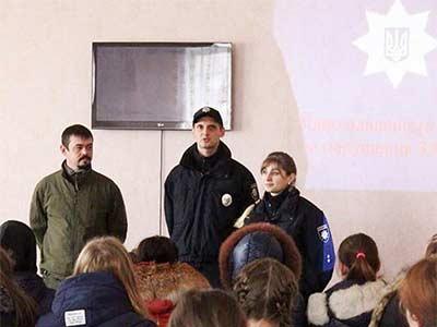 Кирило Недря разом із офіцерами патрульної поліції Павлом Кармановим та Наталею Очеретяною зустрілися зі студентами