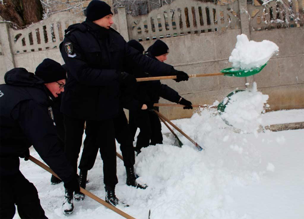 Курсанти ДДУВС залюбки допомогли працівникам центру прибрати подвір'я від снігу