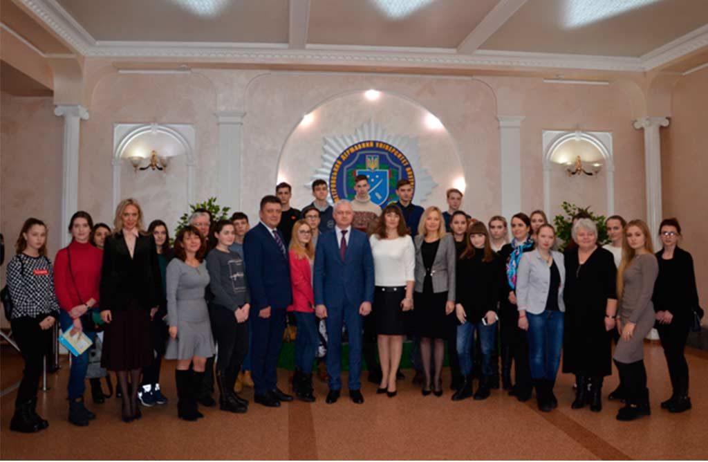 Всі переможці ІІ етапу Всеукраїнського конкурсу-захисту науково-дослідницьких робіт отримують державну обласну іменну стипендію.