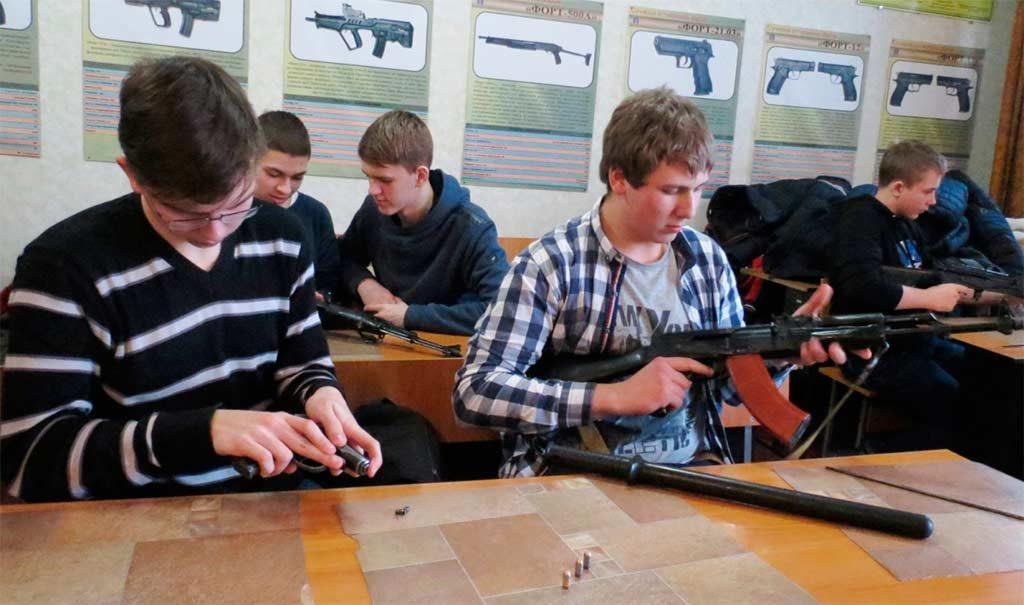 Старшокласники з цікавістю роздивлялися зброю