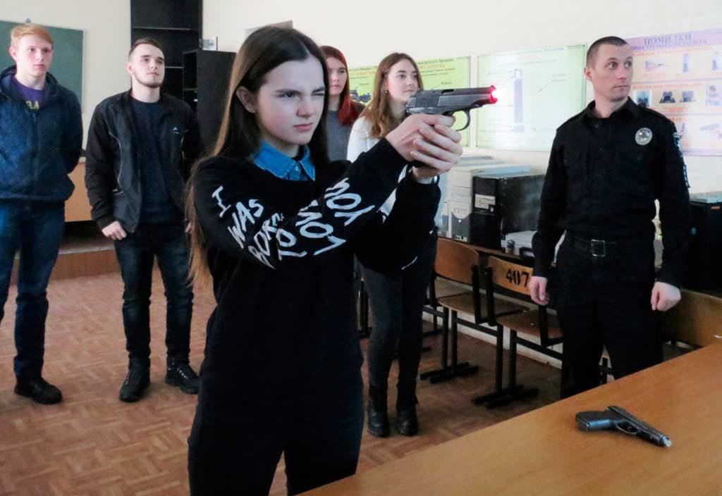 Підлітки вчилися влучно стріляти у лазерному тирі