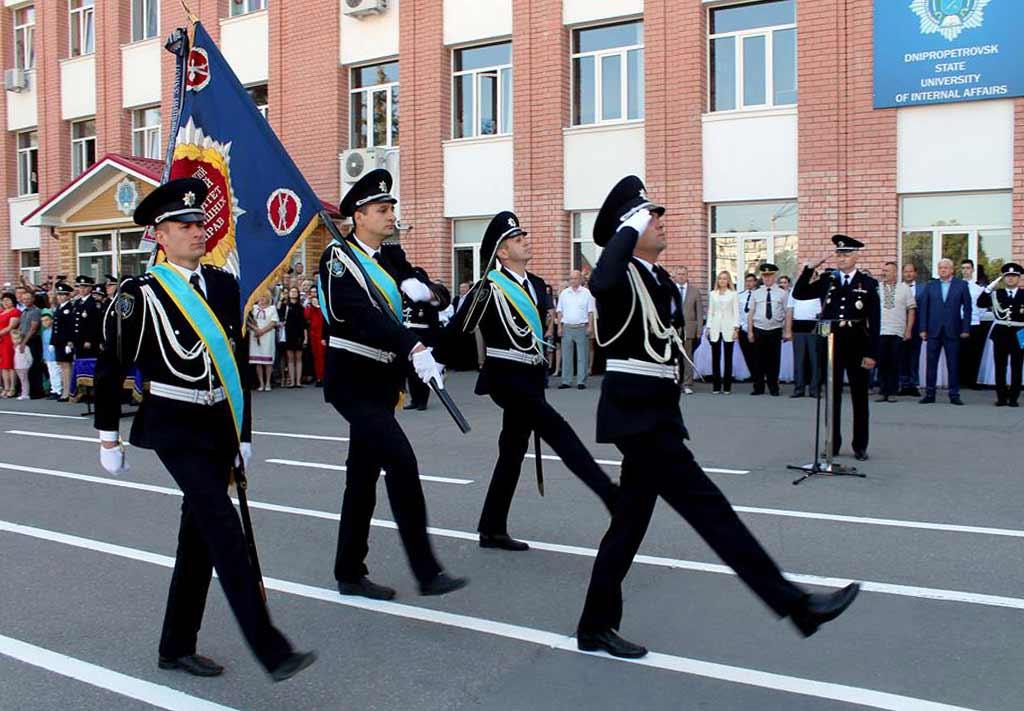 Традиційно урочисті заходи розпочалися з внесення університетського знамена.