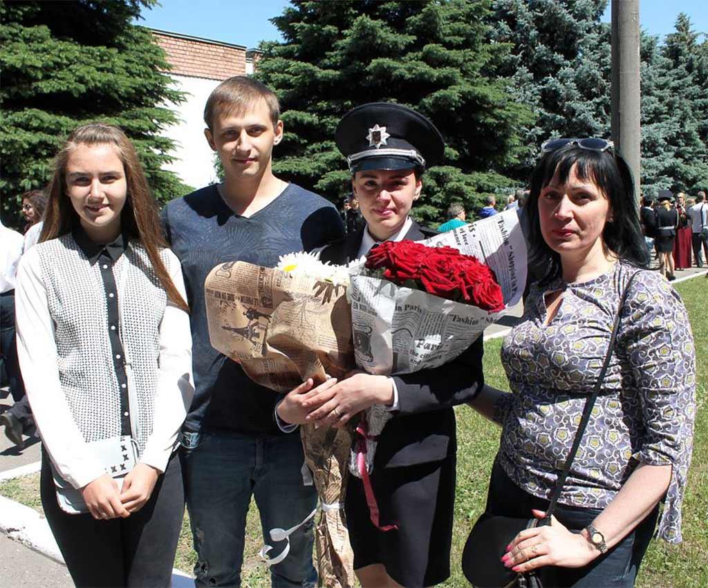 Зі сльозами радості привітали випускників університету батьки, рідні та друзі.
