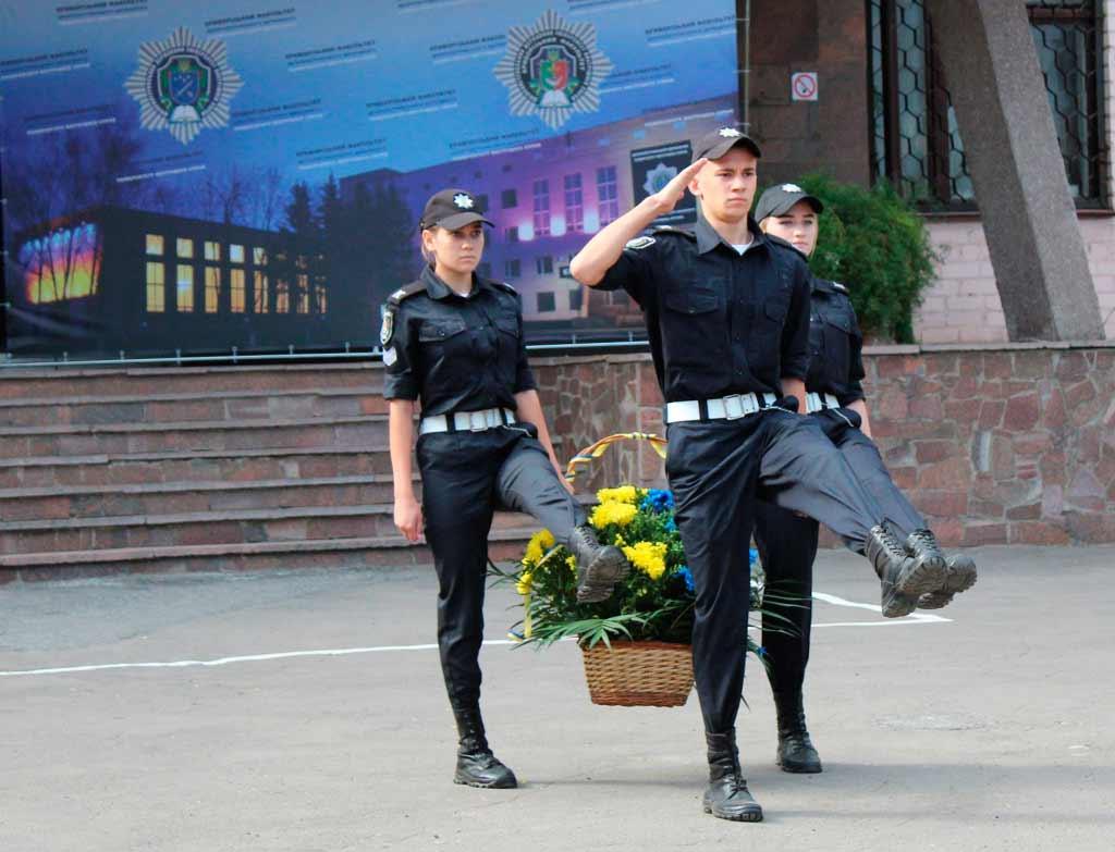 Після привітань декана відбулося покладання квітів до меморіалу загиблим захисникам правопорядку.