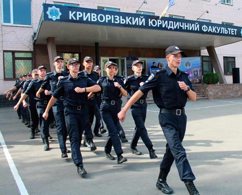 На завершення святкового заходу курсанти пройшли урочистим маршем.