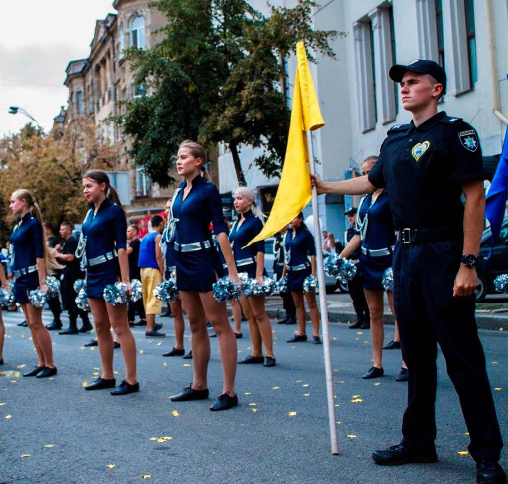 300 курсантів та студентів Дніпропетровського державного університету внутрішніх справ взяли участь у масштабній карнавальній ході – I love Dnipro