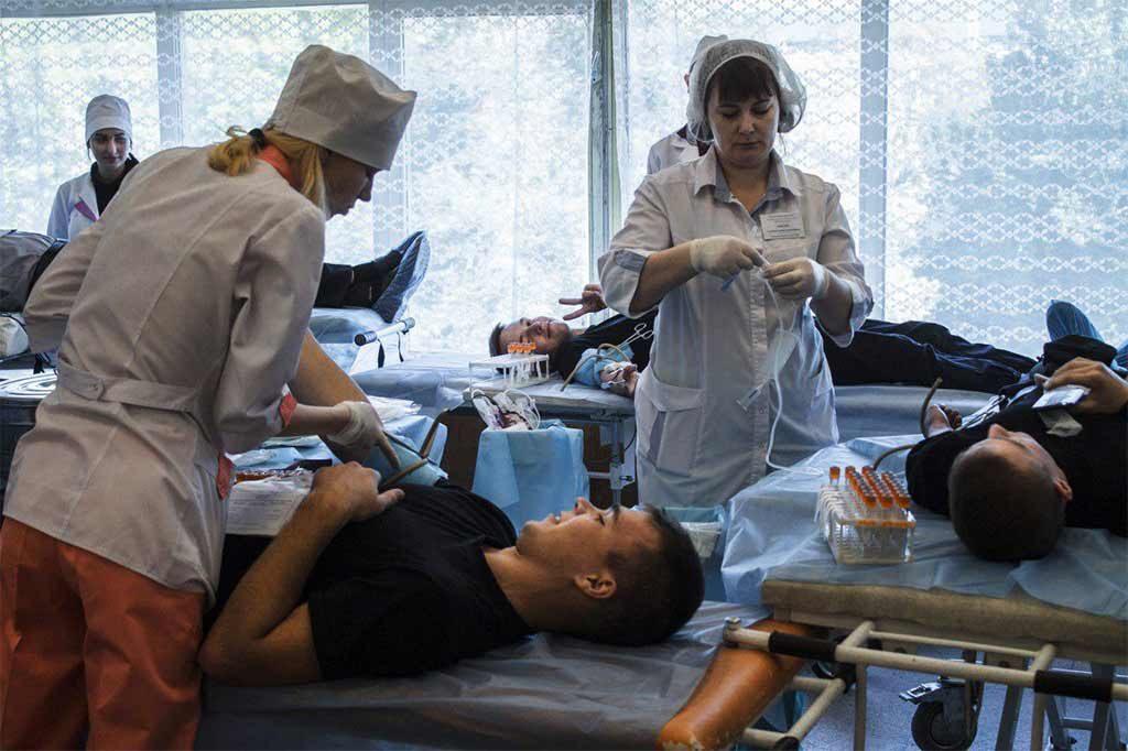 Люди займають чергу, щоби здати кров для поранених в зоні АТО бійців.