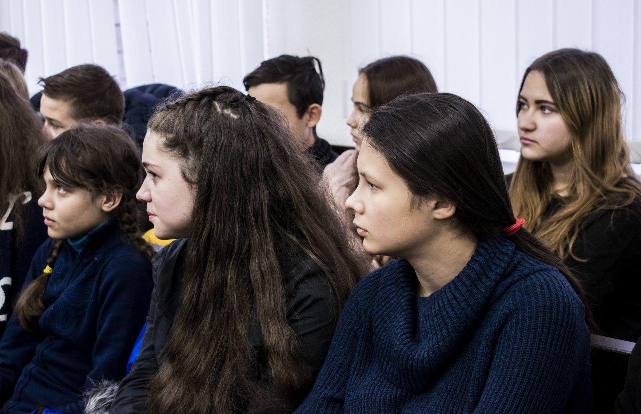«Усім встати: суд іде»: у ДДУВС школярам демонстрували судове засідання
