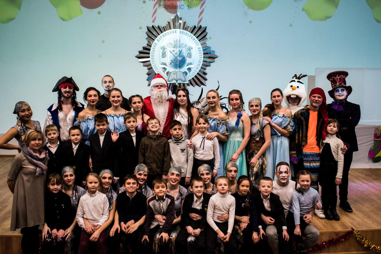 Казкові емоції для дітлахів міста: молодь ДДУВС привітала школярів із новорічними святами