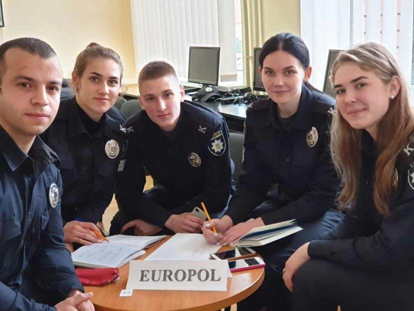 Розслідували злочини, практикуючи англійську