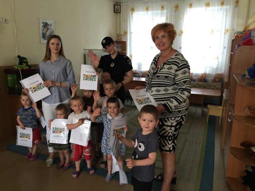 Курсанти ДДУВС привітали дітлахів напередодні свята