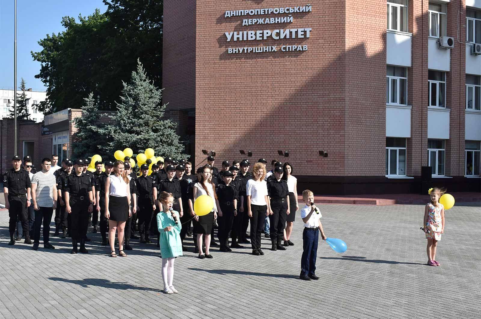 Майбутні поліцейські разом із дітьми запустили в небо смайл із повітряних кульок