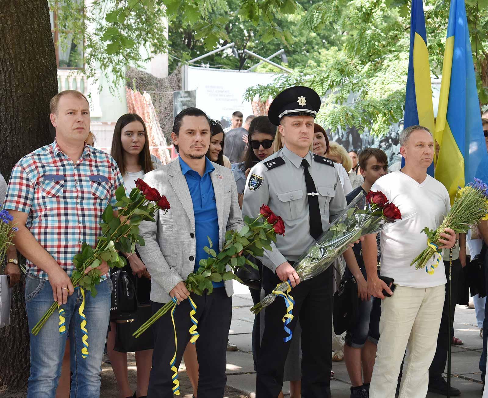З нагоди Дня Конституції України поклали квіти до пам'ятника Дмитру Яворницькому