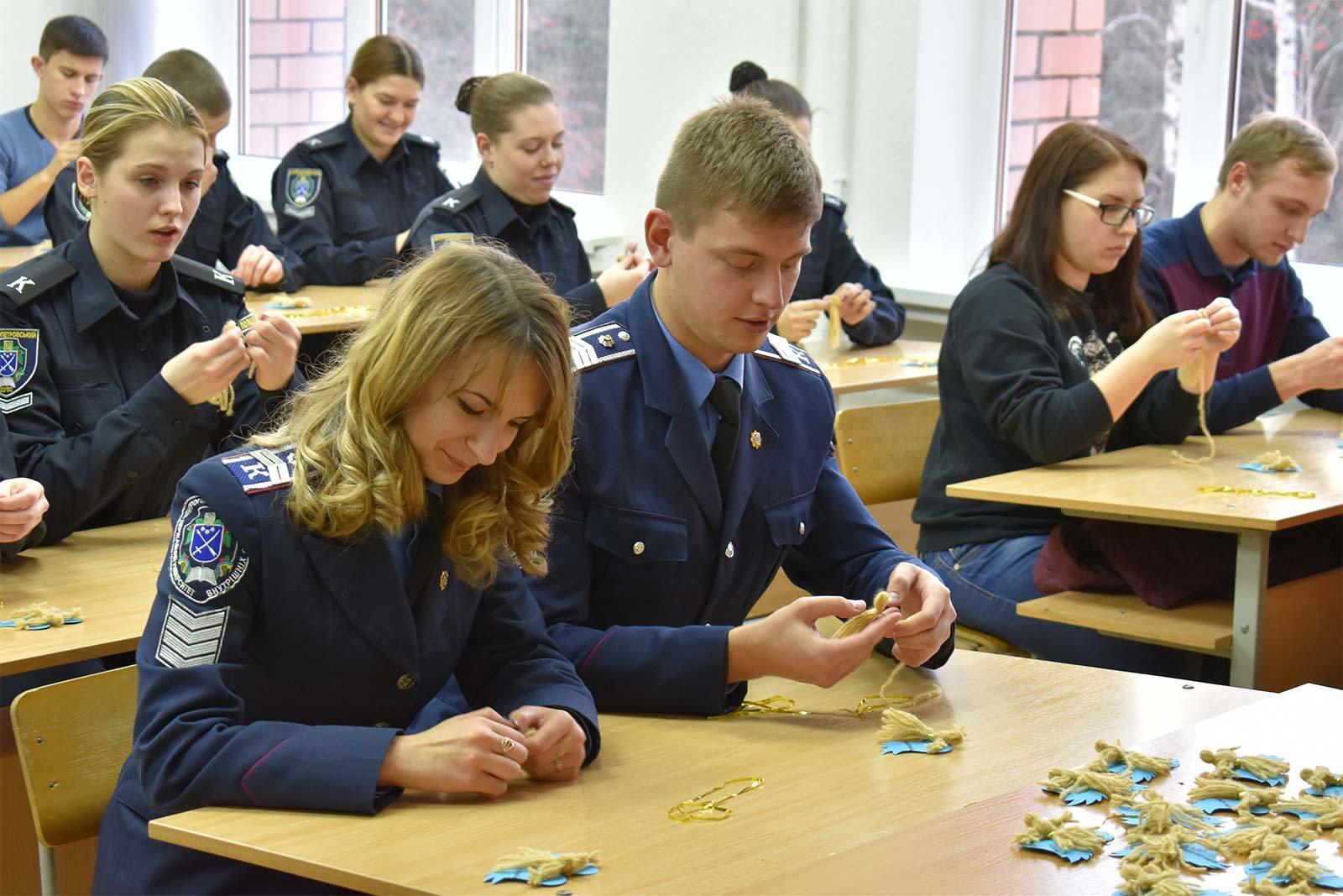Курсанти та студенти ДДУВС виготовили близько 100 оберегів для захисників України