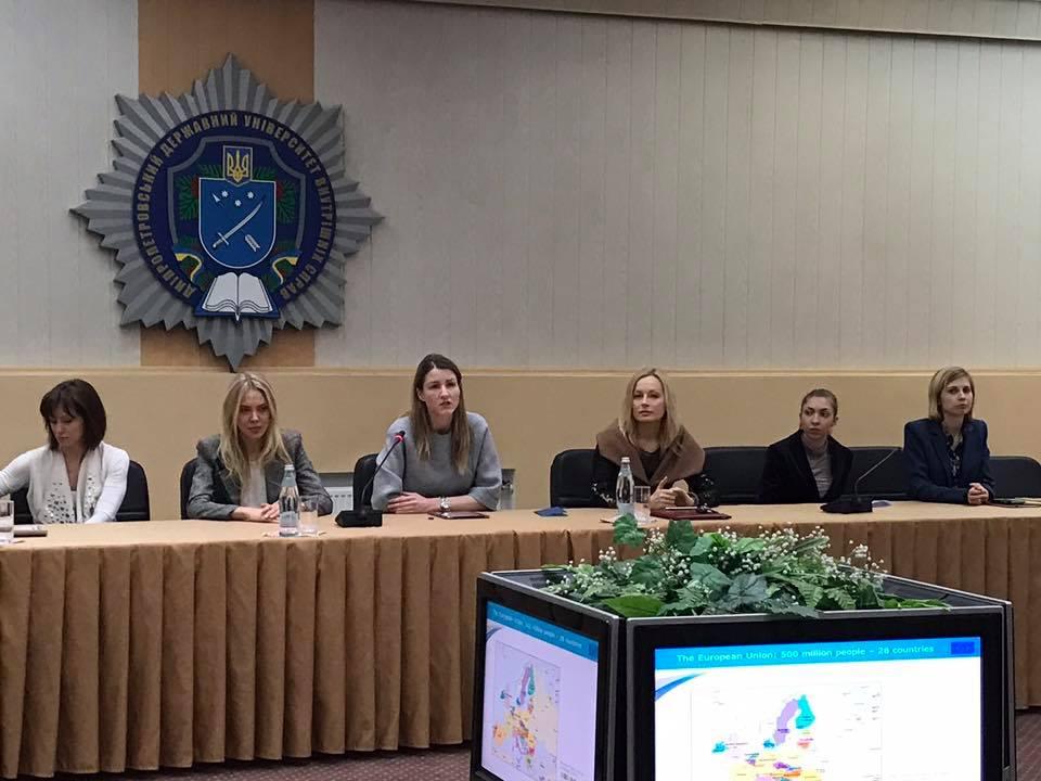 """Круглий стіл на тему """"Україна на шляху до євроінтеграції: реалії та перспективи""""."""