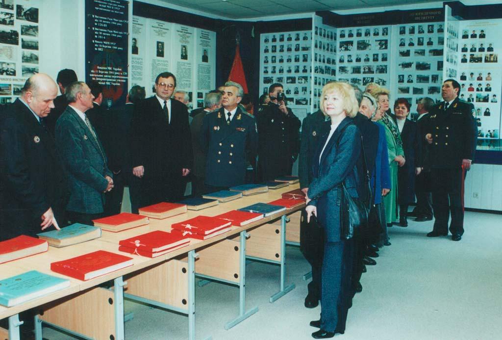 Перші відвідувачі щойно відкритого музею. 2001 рік