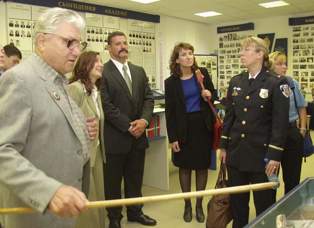 Екскурсію для зарубіжних гостей проводить доглядач музею Г.К. Мітюхін. 2005 рік