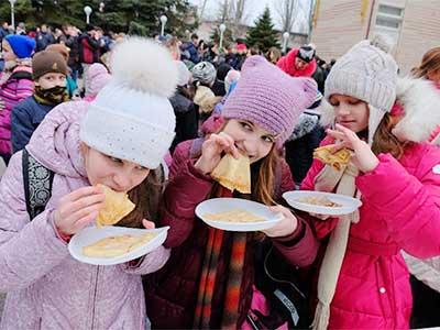 Народними забавами та веселими піснями відсвяткували Масляну у Дніпропетровському державному університеті внутрішніх справ.