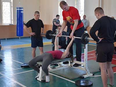 Змагання з жиму штанги лежачи визначили найсильніших спортсменів