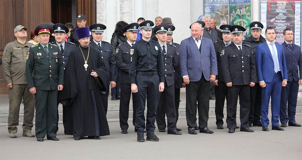 Привітати нове поповнення нацполіції з визначною подією завітали т.в.о. першого проректора ДДУВС полковник поліції Костянтин Бахчев