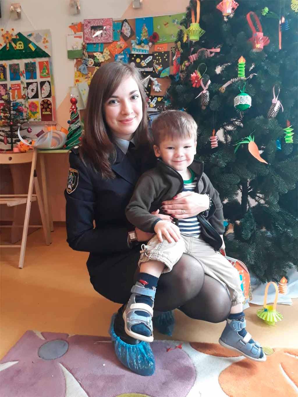 Майбутні поліцейські подарували дітям новорічну казку, солодощі та іграшки