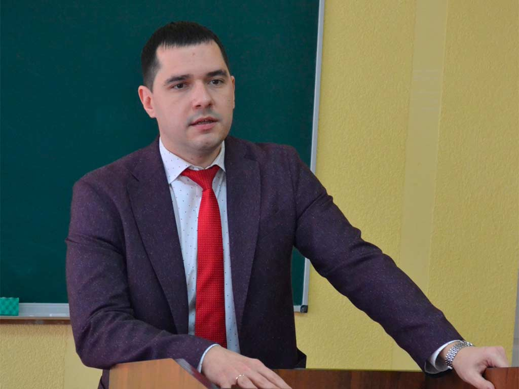 Розпочалась конференція з привітального слова декана Криворізького факультету Максима Почтового