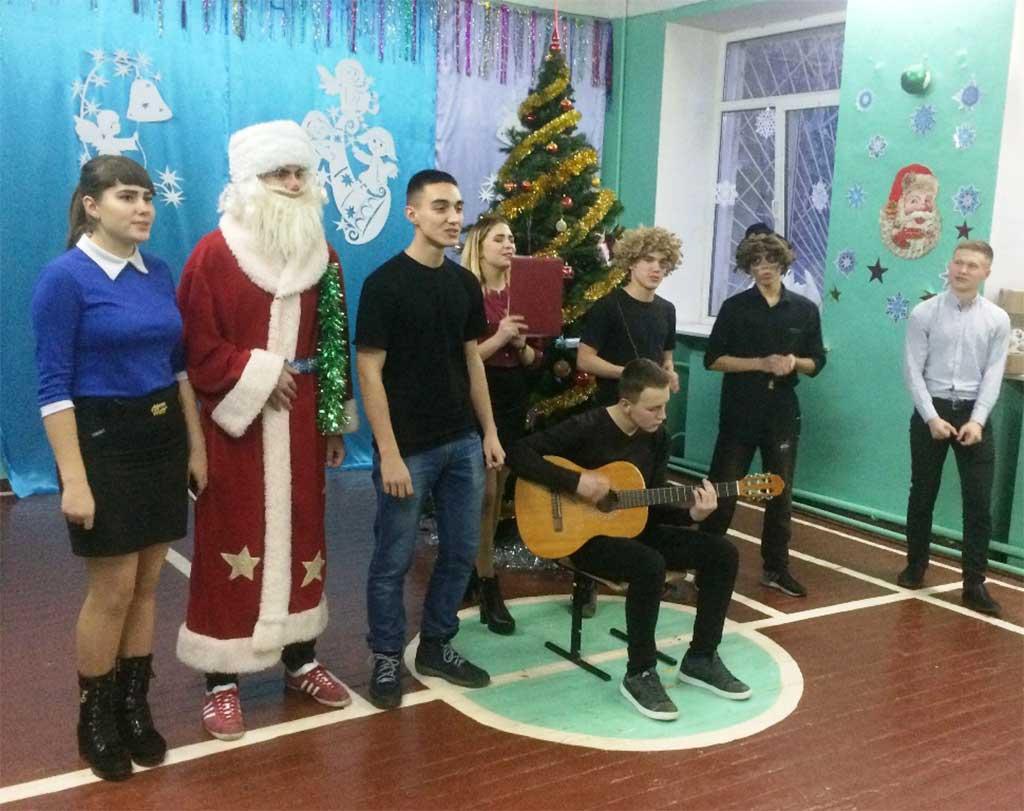 Підготували для дітей новорічну виставу