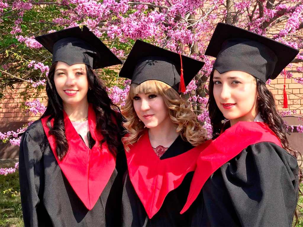 Отримали дипломи про вищу освіту