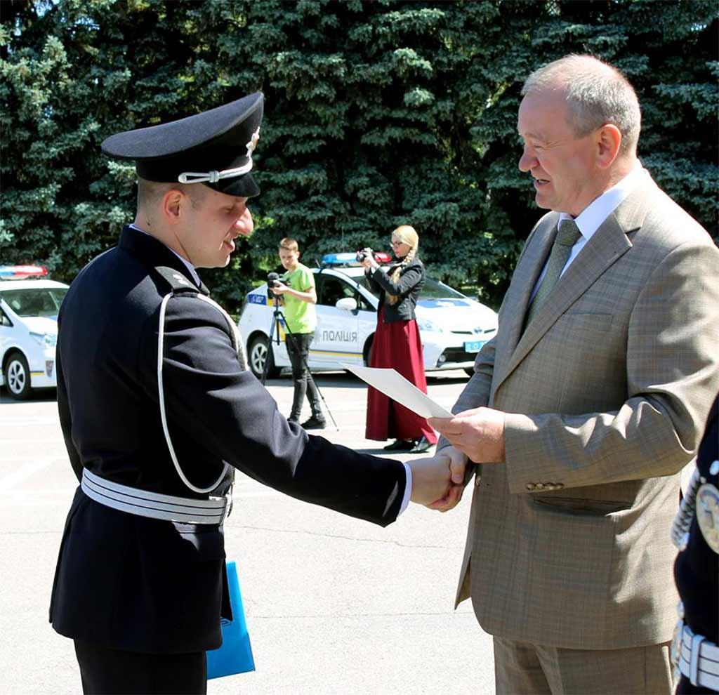 Привітати випускників із отриманням диплому про вищу освіту та першим офіцерським званням завітали почесні гості