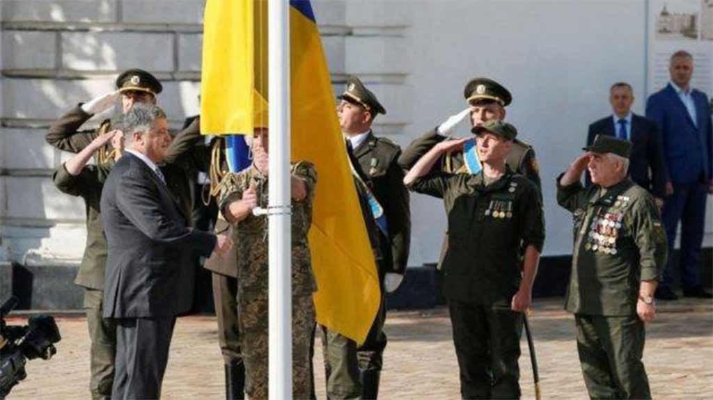 На Соборній площі Дніпра замайоріли прапори
