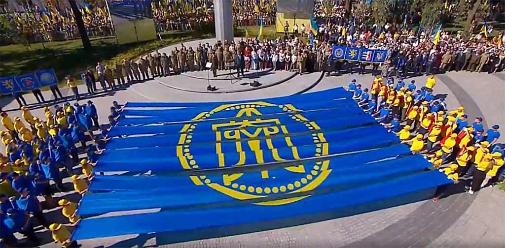 Президент України Петро Порошенко разом із курсантами ДДУВС взяв участь у флешмобі, приуроченому до Дня Державного Прапора України.